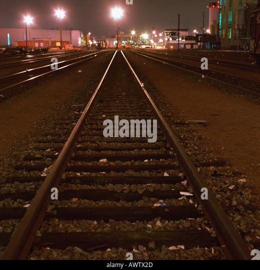 Gleise in Gleiszone in der Nacht Stockbild