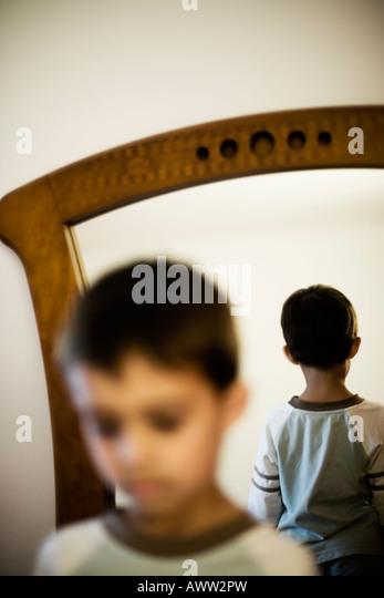 Das Gesicht mit Hinterkopf reflektiert in einem Spiegel Stockbild
