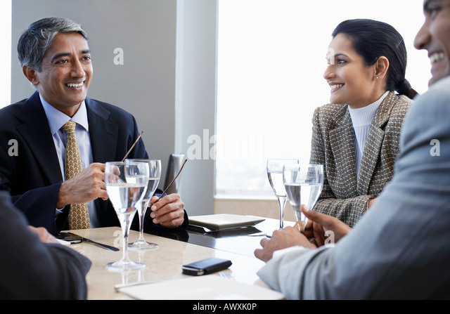 Geschäftspartnern lächelnd mit Business-Meeting Stockbild