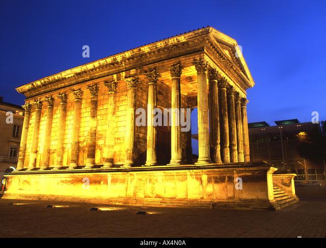 Maison Carrée des 2. Jahrhunderts n. Chr. römische Tempel bei Nacht Carrée d ' Art Museum von Stockbild