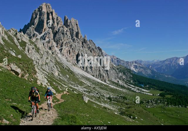 Weibliche Mountainbiker, Cima d'Ambrizzola, Europa, Nord-Italien, Dolomiten, Lago di Fedara Stockbild