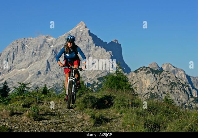 Weibliche Mountainbiker, Mt. Civetta in den Hintergrund, Dolomiten, Nord-Italien, Europa Stockbild