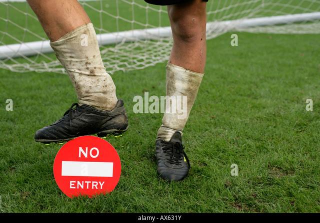 """Fußball-Spieler Fuß auf einem Etikett """"kein Eintrag"""" Stockbild"""