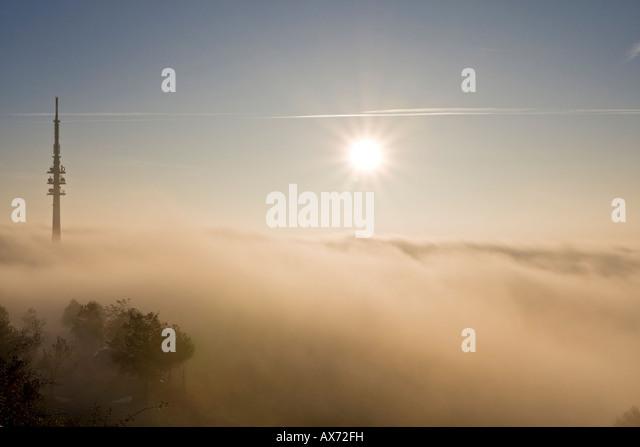 Deutschland, Bayern, Hohenpeißenberg, Foggy Landschaft mit Fernsehturm Stockbild