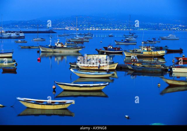 Angelboote/Fischerboote im Hafen bei Nacht, Ria de Baiona, Pontevedra, Galicien, Spanien Stockbild