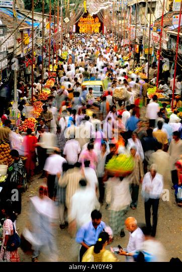 Das unvorstellbare Summen Dadar West Street Market Mumbai brodelt mit Massen von Käufern und Verkäufern. Stockbild