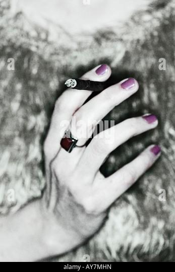 Hand des trendigen jungen Frau hält eine Zigarre Stockbild