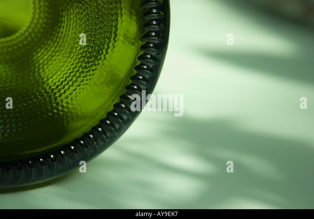 Nahaufnahme von unten eine grüne Flasche Wein Stockbild