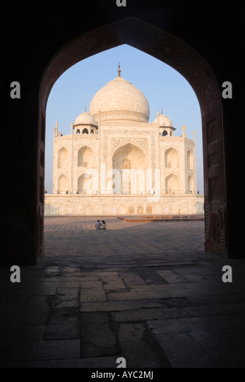 Taj Mahal bei Sonnenaufgang Blick durch einen Torbogen Stockbild