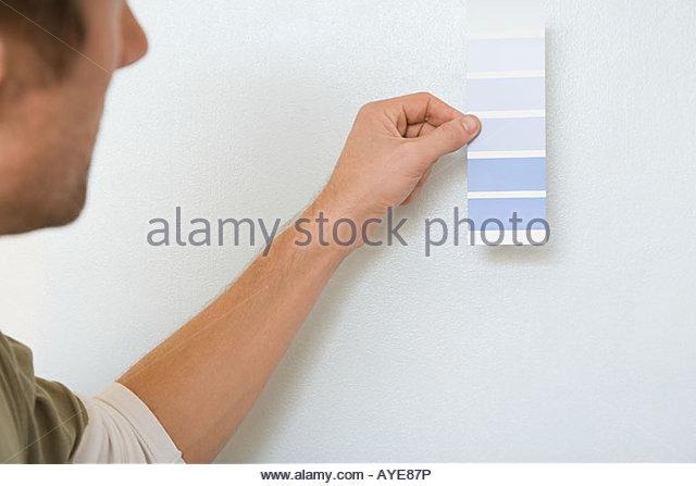 Mann mit Farbkarte Stockbild