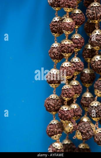 Nahaufnahme von Japamala Rudrasksha Gebetskette vor blauem Hintergrund Stockbild