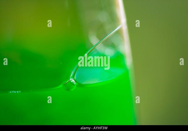 Grüne Spülmittel in einer Plastikflasche Stockbild