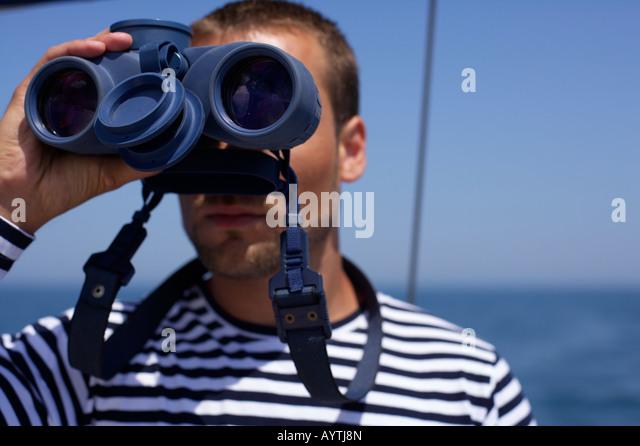 Mann, Blick durch ein Fernglas Stockbild