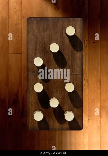 Eine obenliegende Aufnahme einer Tabelle mit einigen Pints platzierten auch aussehen wie ein Dominostein Stockbild