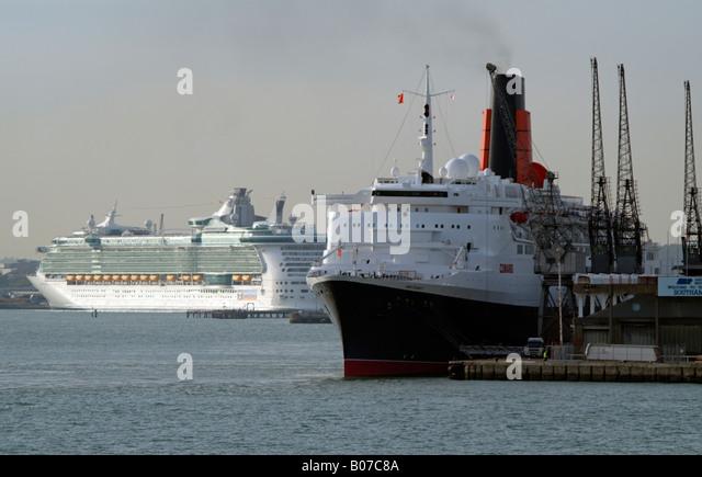 QE2 und Unabhängigkeit der Meere alte und neue Kreuzfahrt Schiffe Southampton Stockbild