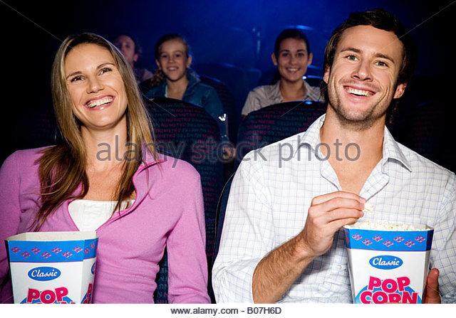 Paar genießt einen Film im Kino - Stock-Bilder