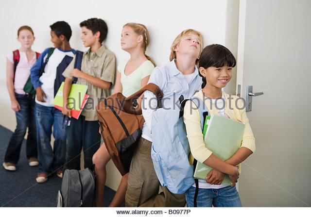 Gruppe von Schulkindern (10-13) warten auf Klassenzimmer betreten Stockbild