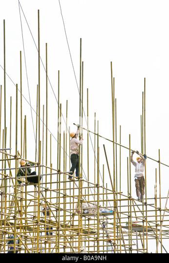Bauarbeiter auf Gerüsten, low angle View Stockbild