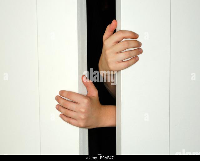 Zwei Hände halten öffnen oder schließen weiße Türen Stockbild