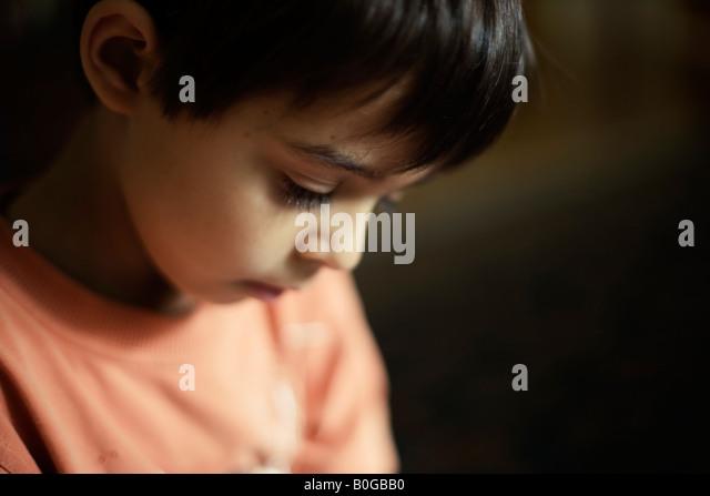 Jungen im Alter von sechs Mischlinge pakistanischen englischen intimes Porträt Stockbild