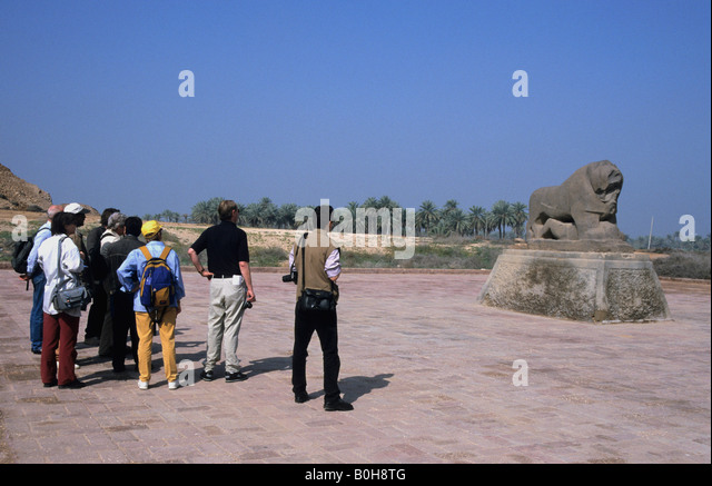 Reisegruppe, Blick auf den berühmten Löwenstatue in Babylon, Irak, Nahost - Stock-Bilder