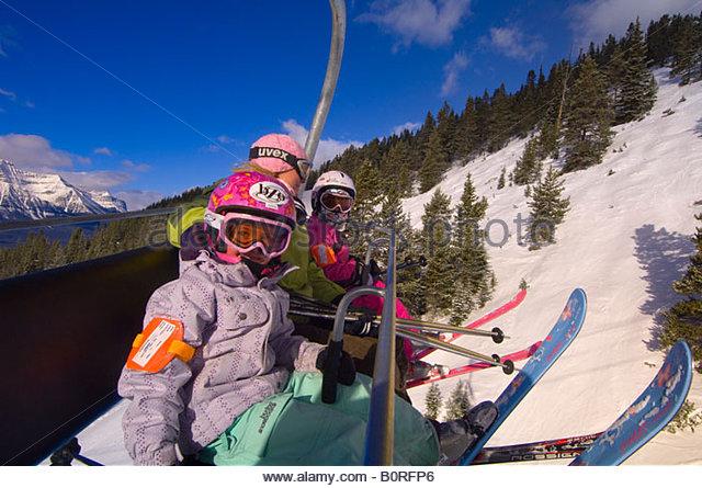 Kinder und ihre Mutter fahren zum Sessellift am Lake Louise Mountain Resort Lake Louise Banff Nationalpark Alberta Stockbild