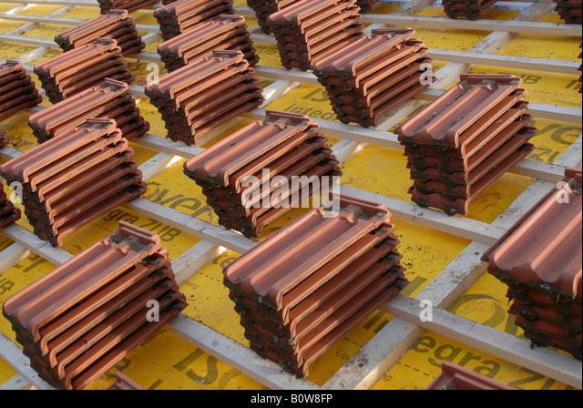 Ruht auf hölzernen Dach Latten auf der Baustelle bereit für die Verlegung von Dachziegeln Stockbild
