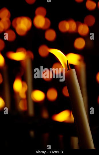 Votiv-Kerzen in einer Seitenkapelle der Kirche Rocio, El Rocio, Andalusien, Spanien Stockbild