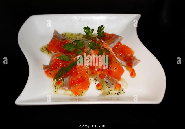Ein Teller mit Japanesse Stil mariniert (Souced) Rauch Lachs mit Zwiebel und Lachs Ei Stockbild