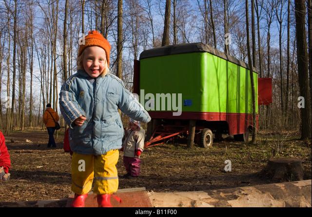 Kinder spielen im Wald-Kindergarten Stockbild