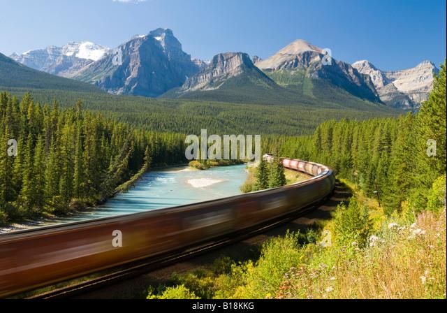Ein Zug geht durch die berühmten Morant Kurve in der Nähe von Lake Louise im Banff Nationalpark, Alberta, Stockbild