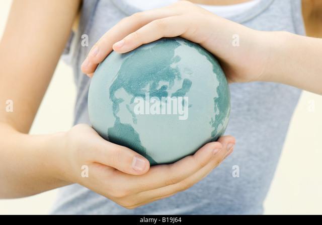 Kind hält die Welt in Händen, Nahaufnahme Stockbild