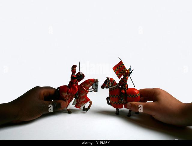 Die Hände von Kindern spielen mit Krieger Stockbild