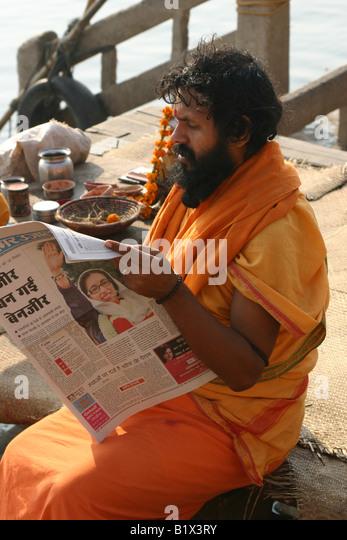 Sadhu lesen die Zeitung am Morgen nach der Ermordung Benazir Bhuttos Stockbild