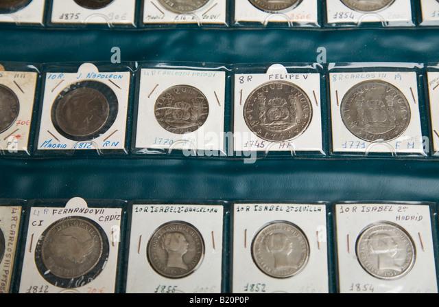 Spanien Madrid Sammlung von spanischen Münzen von 1700 und 1800 in Seiten mit Preisen in Euro für Verkauf Stockbild