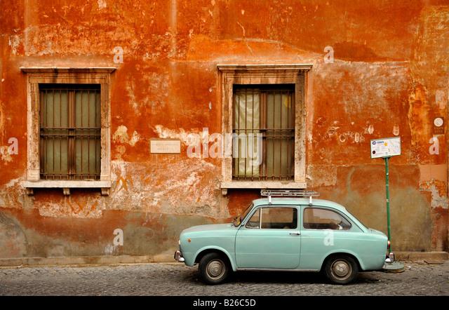 Wand des Hauses mit einem Fiat 850 vorne, Trastevere, Rom, Italien Stockbild