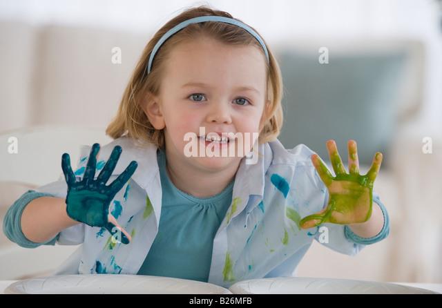 Mädchen malen mit verschiedenen Farben Stockbild