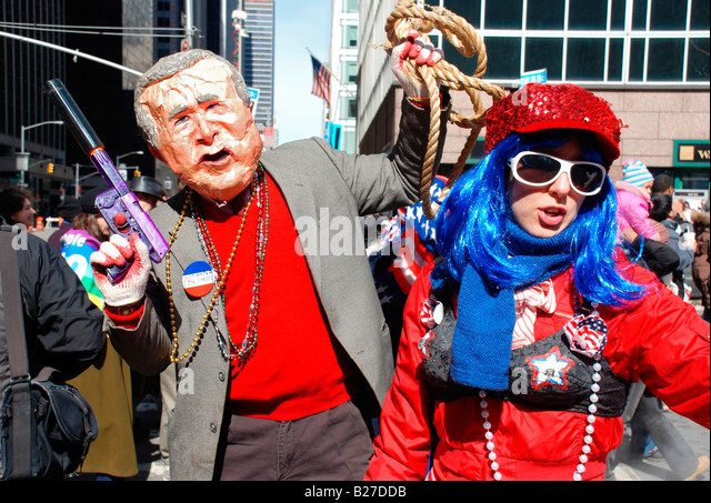 George Bush-Imitator und sein Kumpel bei einer Anti-Kriegs-März in New York City Stockbild