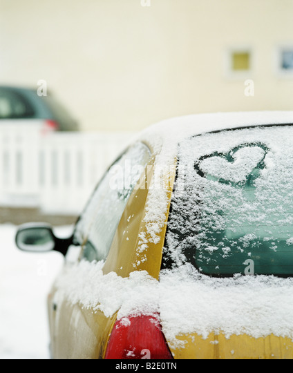 Herzform geschnitzt auf einem Auto Stockbild