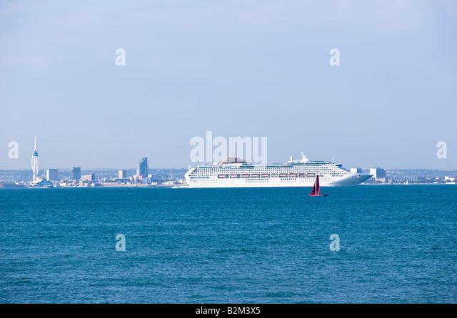 Kreuzfahrtschiff verlassen Southampton, Vereinigtes Königreich Stockbild