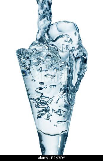 frisches Wasser in ein Trinkglas Stockbild