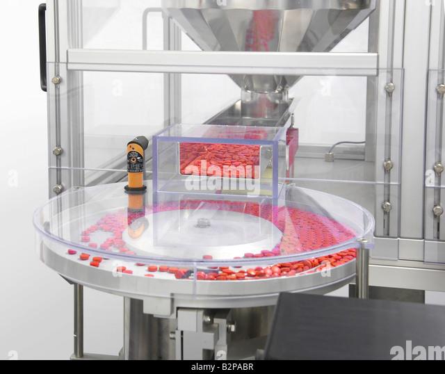 Maschine, die Sortierung Medizin Pillen vor dem Befüllen Stockbild
