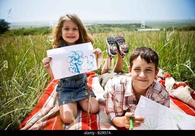 Zwei Kindern, die ihre Zeichnungen Stockbild