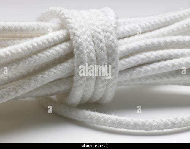 Nahaufnahme von einem gewendelten weißen Seil Stockbild