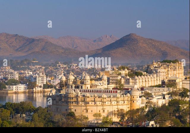 Udaipur Stadtschloss im Morgengrauen, Rajasthan, Indien, Subkontinent, Asien Stockbild