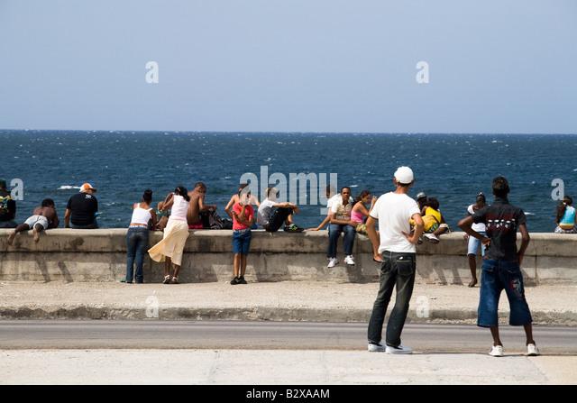 Menschen hängen von der Malecon in Havanna, Kuba Stockbild