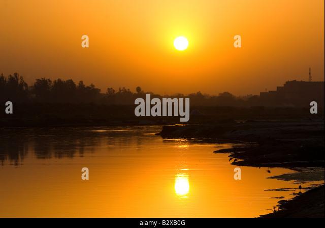 Sonnenuntergang über dem Fluss Yamuna, Agra, Uttar Pradesh, Indien, Subkontinent, Asien Stockbild