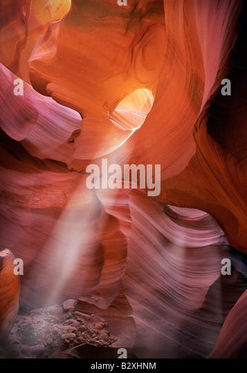 Lichtstrahl nach unten durch eine natürliche Schlüsselloch in der Lower Antelope Canyon Stockbild
