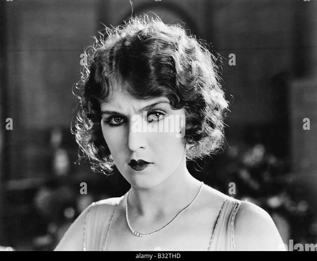Porträt einer Frau, die auf der ernsthaften Suche - Stock-Bilder