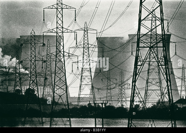 Stromkabel, Strommasten und Aufstoßen Schornsteine von Ferrybridge Kraftwerk, Yorkshire, England, UK Stockbild